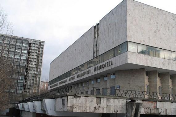 Вход в российскую государственную детскую библиотеку - первый к ленинскому проспекту под колоннадой.